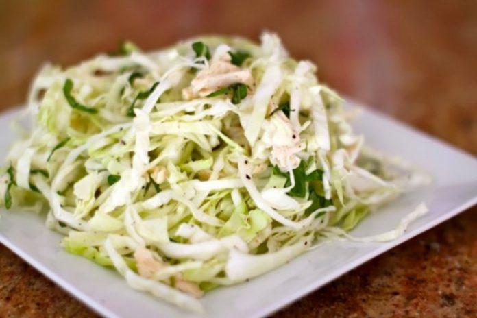 Легкий салат с капустой и курицей для плоского живота