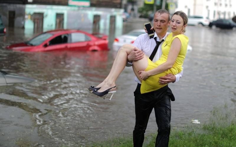 Охранник гостиницы в Нижнем Новгороде спас женщин из затопленных машин и стал героем мировых СМИ