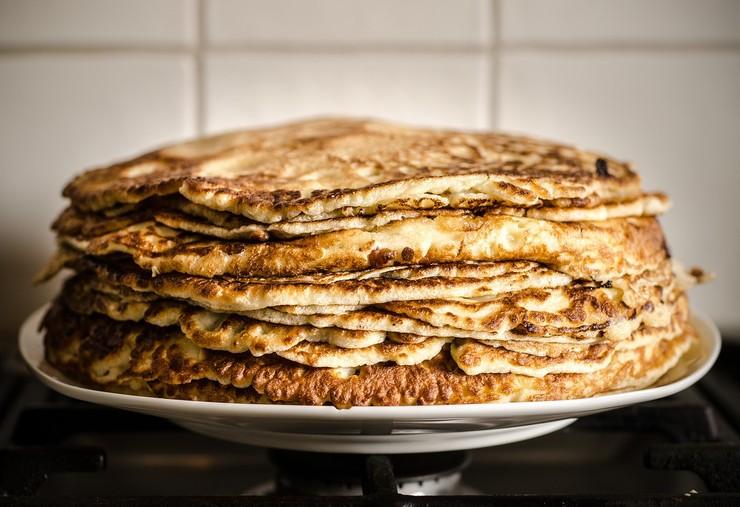Блюдо дня - сырные блинчики с луковым припеком