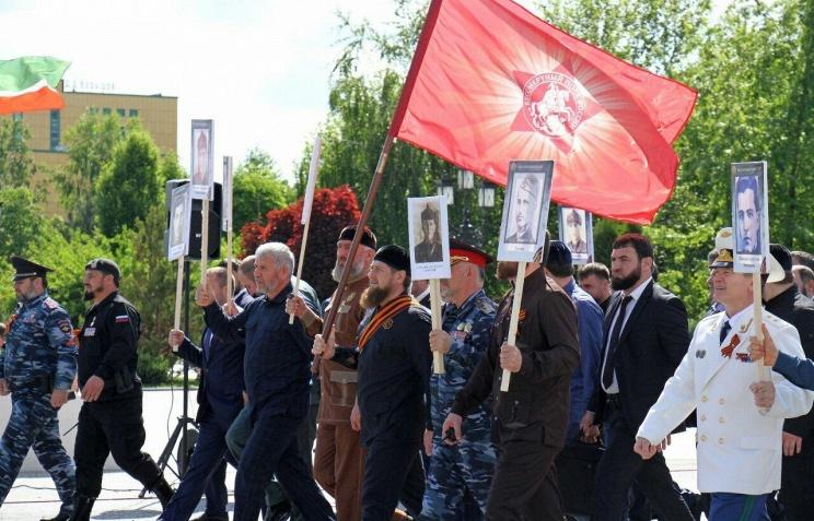 """Кадыров возглавил шествие """"Бессмертного полка"""" в Грозном"""