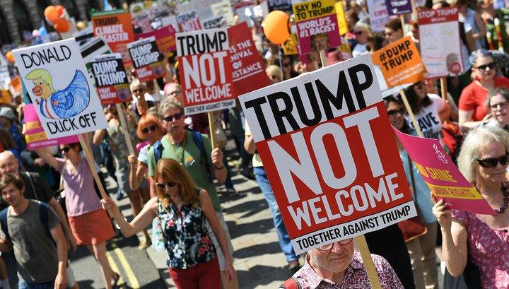 «Убирайся домой, Трамп!»: президент США опоздал на чай к королеве Великобритании и был встречен протестами