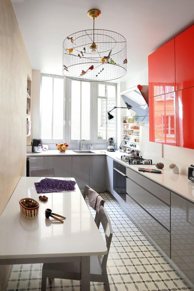 Правильно подобрав цвет и покрытие кухонного гарнитура, вполне возможно сделать маленькую кухню просторнее и уютнее