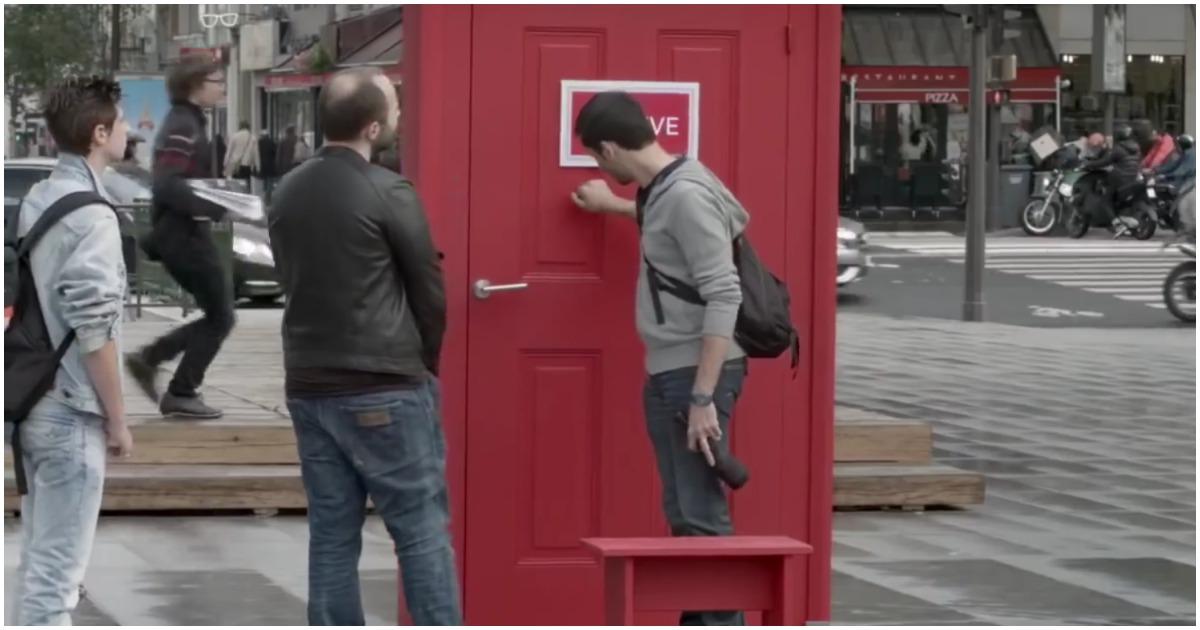 Волшебный портал в другие города. Необычная интерактивная реклама