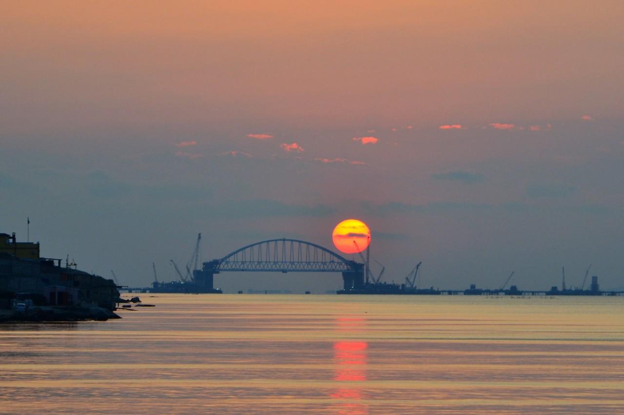 Железнодорожная арка Крымского моста установлена на своё место