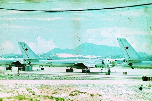 Советский самолёт Ту-142 на аэродроме военной базы Камрань