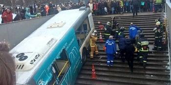 СМИ: автобус, въехавший в переход на Славянском бульваре, был разукомплектован