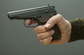 Неизвестный ранил двух мужчин из травматического пистолета в Москве