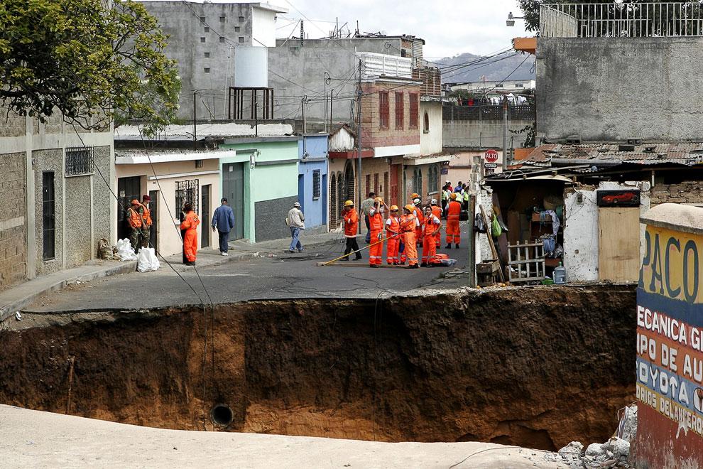 23 февраля 2007 к северу от города Гватемала из-за поломки канализации возникла огромная дыра в Земле, которая поглотила несколько домов. 3 человека погибло