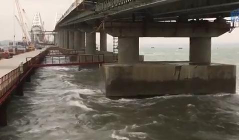 На Крымском мосту сняли фантасмагорическое видео