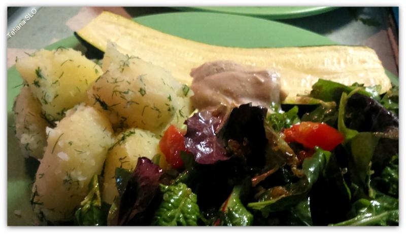 Лёгкий обед: запеченное куриное мясо с отварным молодым картофелем