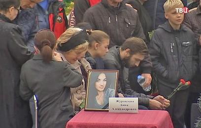 Более 30 тысяч человек пришли проститься с погибшими в Керчи