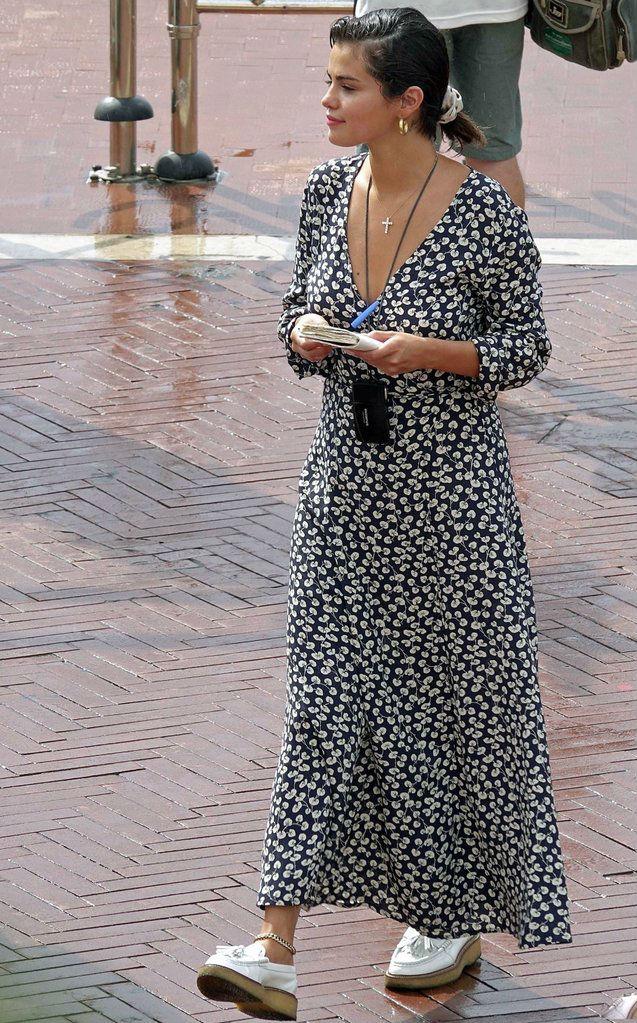 Селена Гомес в цветастом платье