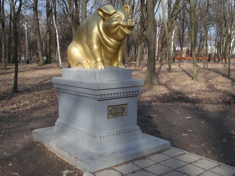 Памятник свинье в Украине