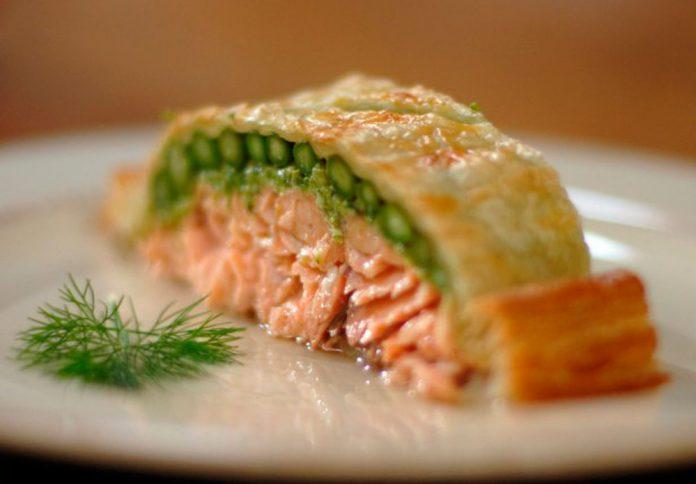 Королевское блюдо: Лосось запеченный в слоеном тесте