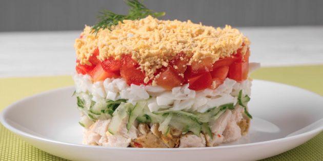 Слоёный салат из огурцов, помидоров, курицы и яиц