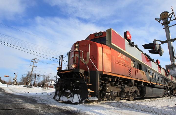 Товарный поезд с топливом сошел с рельсов на востоке Канады