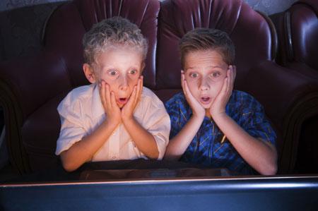 Ребенок, телевизор и рекламные ролики