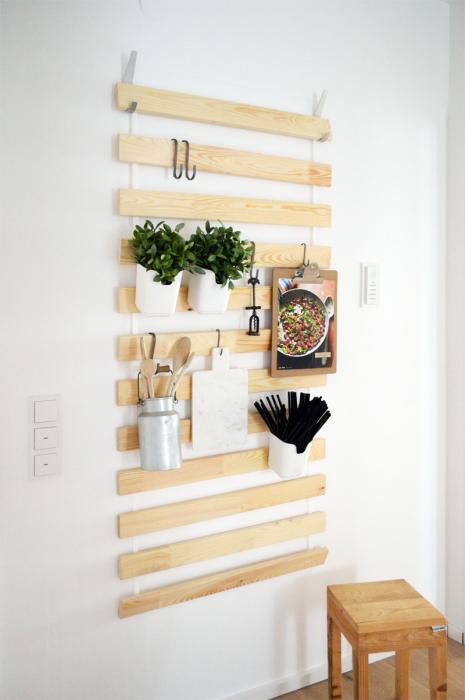 Обычные деревянные рейки, которые служат основанием для вертикального озеленения.