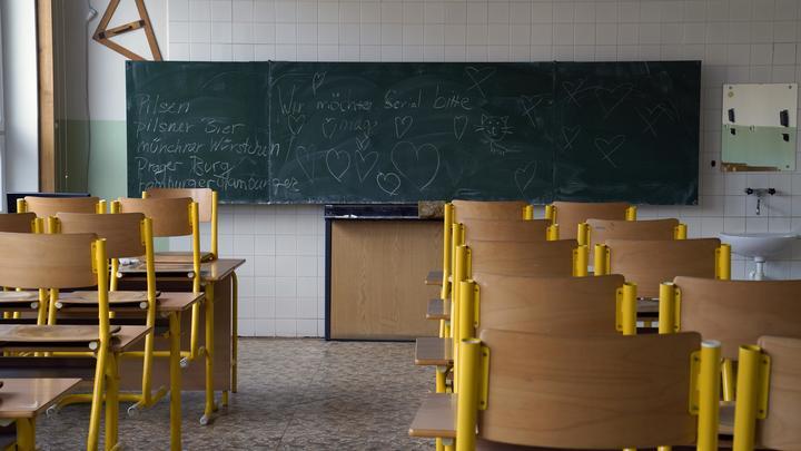 «Пока эти бабки не сдохнут, будет ужасно»: Пользователи потребовали выгнать из школы автора заявления с «волчьим билетом»