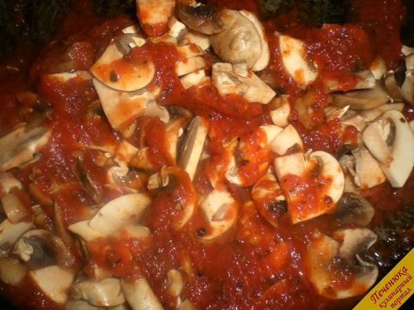 4) Добавить грибы в томатную массу. Накрыть крышку и на очень маленьком огне тушить минут 10. Обязательно соус во время приготовления постоянно мешать, чтобы масса не пригорела. Готово! Соус переложить в соусник и подать к столу.