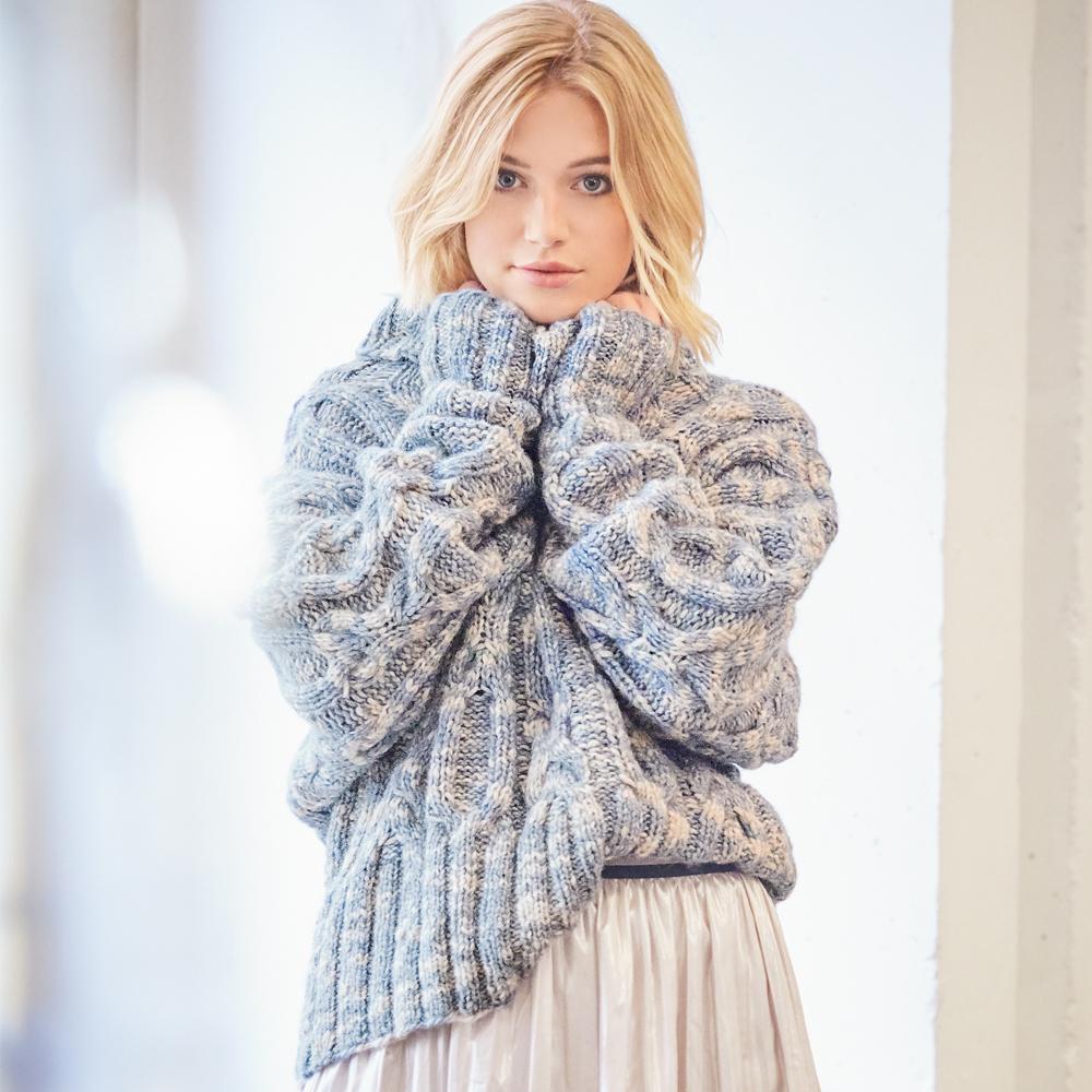 Меланжевый свитер с крупными «косами»