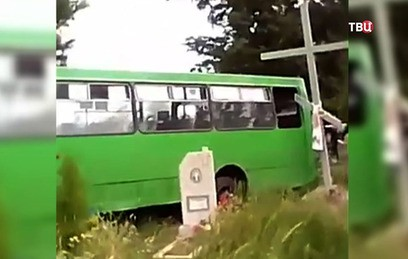 Пьяные выпускники на автобусе снесли шесть могил на Украине