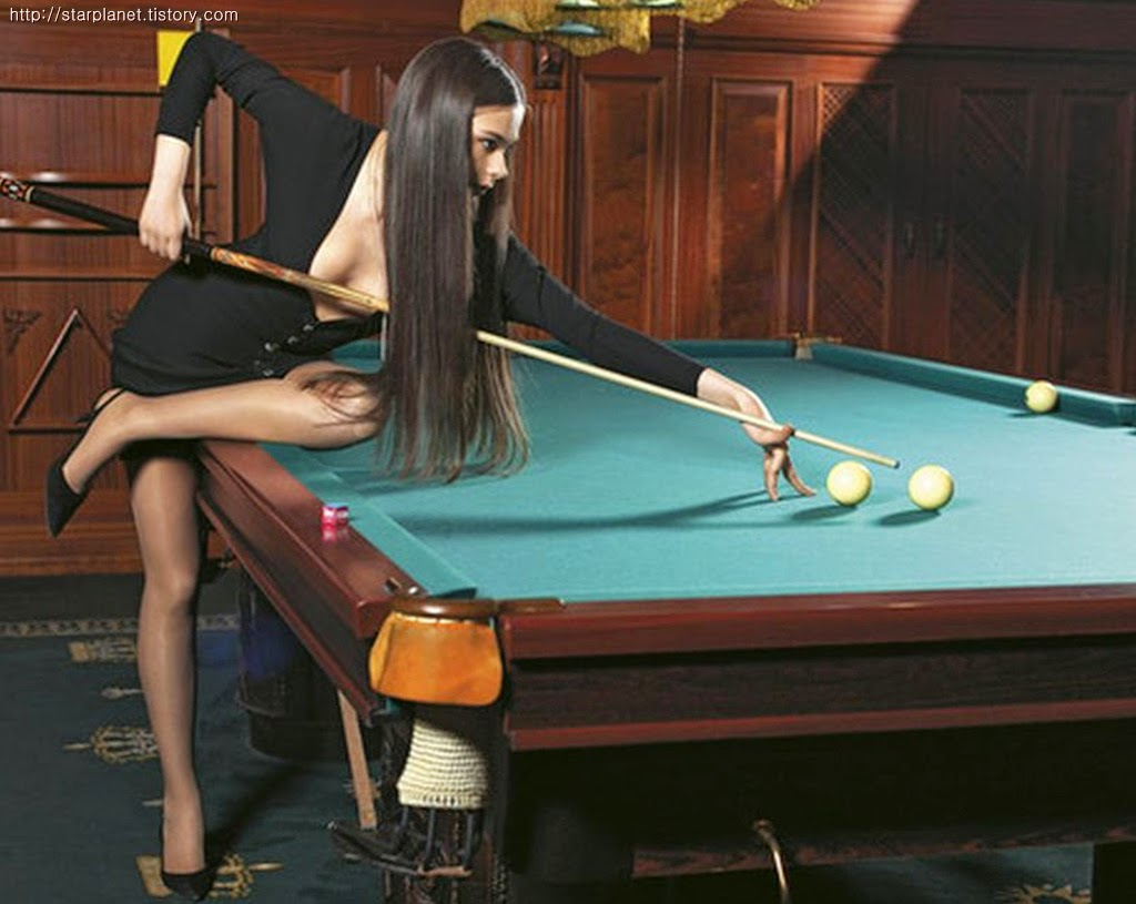 Фото девушка на бильярдном столе