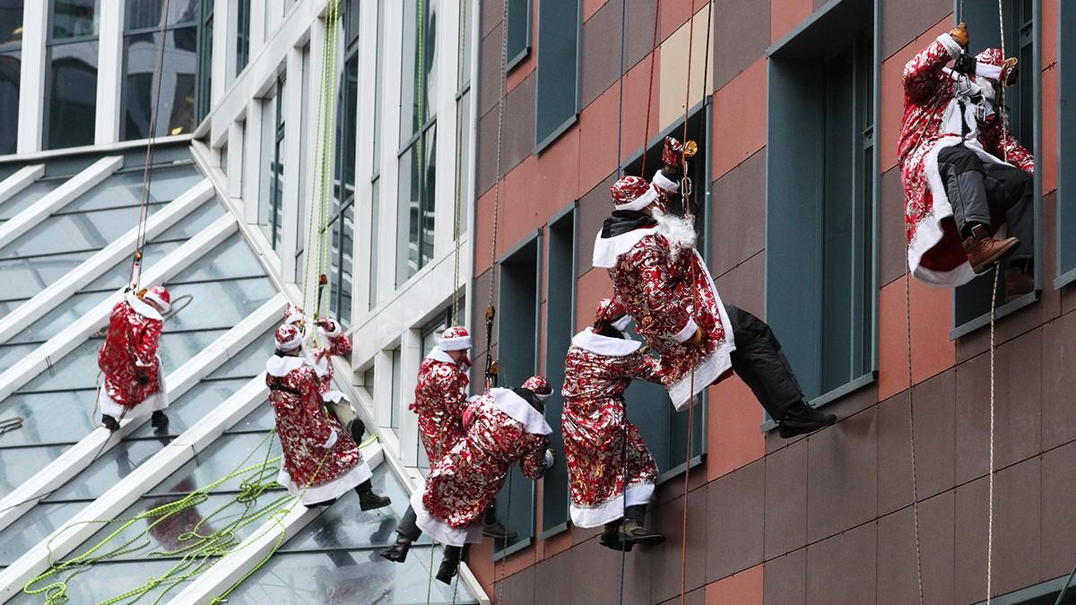 Предновогоднее чудо: Деды Морозы высадились на крышу московской больницы
