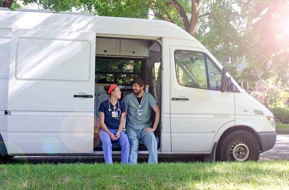 Супруги-медики из США нашли способ совместить работу и путешествия
