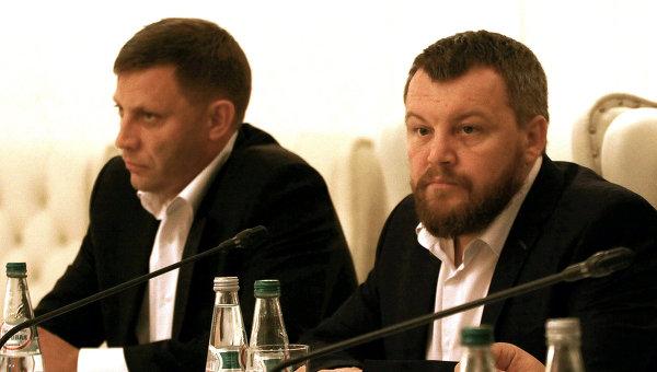Вице-премьер Донецкой народной республики Андрей Пургин и Глава ДНР Александр Захарченко на переговорх в Минске. Архивное фото