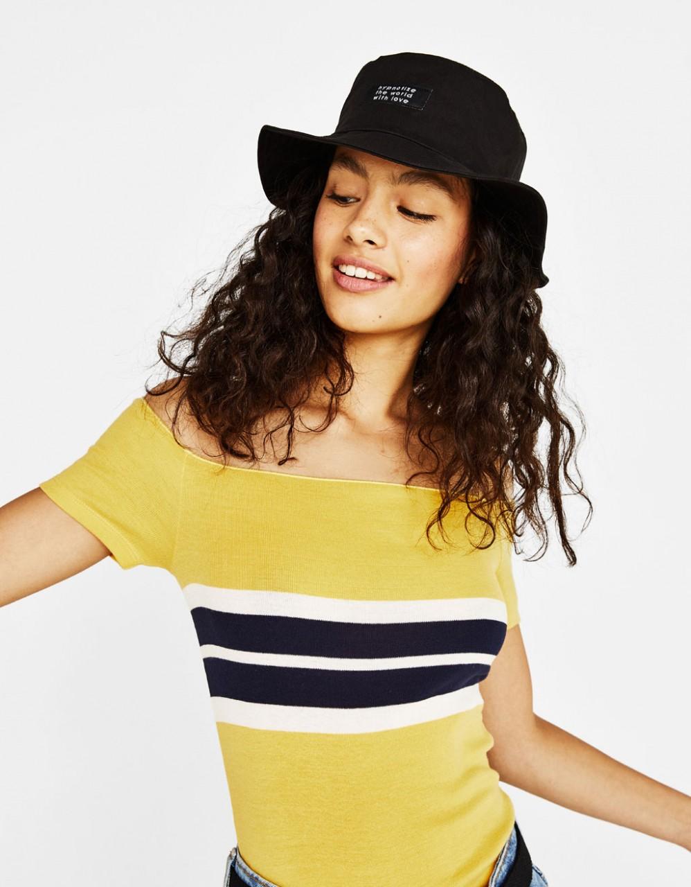 Модель в желтой футболке с полоской