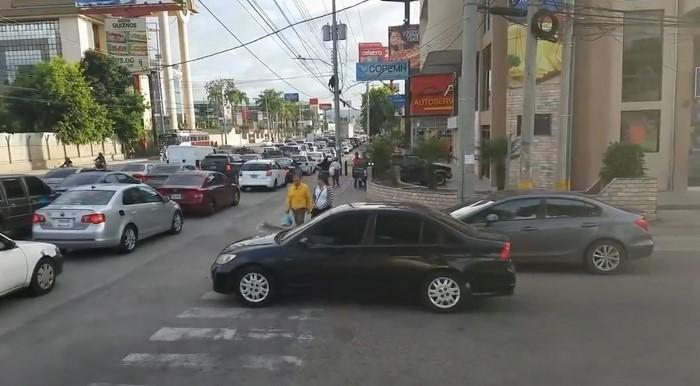 Пешеходы проучили автохама на зебре