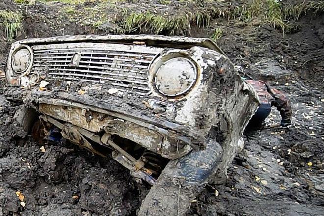 Заводим автомобили после года в болоте