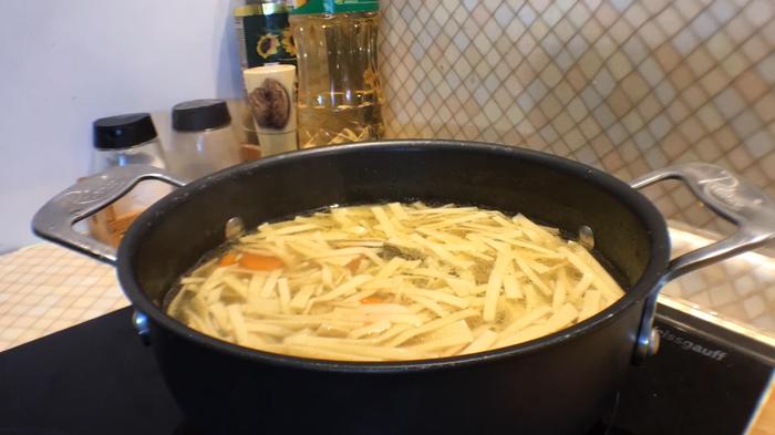 Куриный суп с домашней яичной лапшой. Лучшее лекарство от осенней депрессии! Рецепт, Лапша домашняя, Куриный суп, Куриный бульон, Бульон, Яичная лапша, Видео, Длиннопост