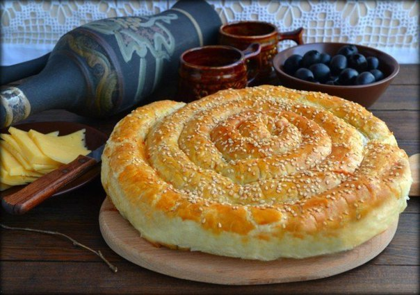 Спиральный пирог из слоеного теста: невозможно оторваться!
