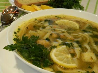 Рыбный суп с лапшой и солёными огурцами