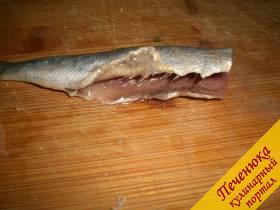 2) Помыть, почистить свежемороженую рыбу, отрезать ей голову