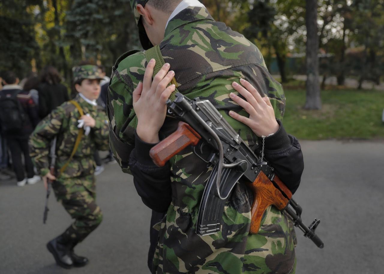 На плакат НАТО попал солдат с автоматом Калашникова