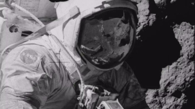 Это не человек: на шлеме астронавта на Луне разглядели странное существо