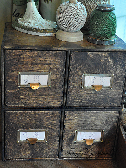 Библиотечный ящик из натурального дерева для хранения важных документов может стать отличным органайзером в любом помещении.