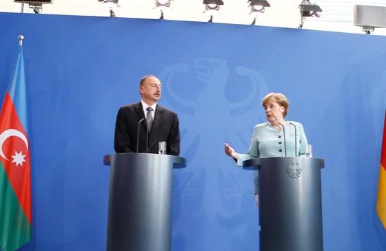 Меркель предложила Армении и Азербайджану помочь с Нагорным Карабахом