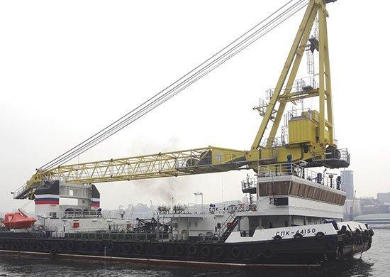 Юбилейный выпуск: в России выкатили из эллинга десятый плавучий кран СПК-53150