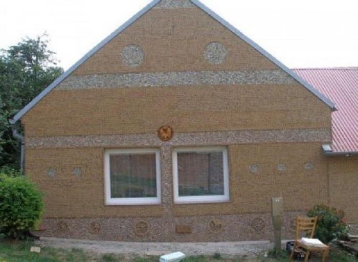 Винными пробками можно утеплить фасад целого дома.