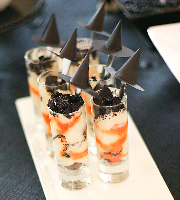 halloween-dessert-idea-decoration-paper-witch-hats-sticks