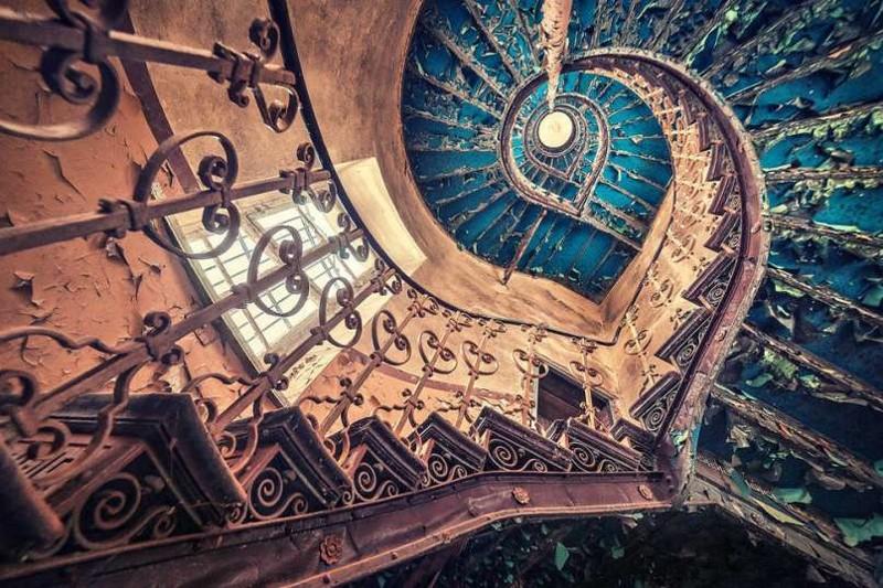 14. Голубая спиральная лестница в европейском замке заброшенные места, крипи, прикол, ужас