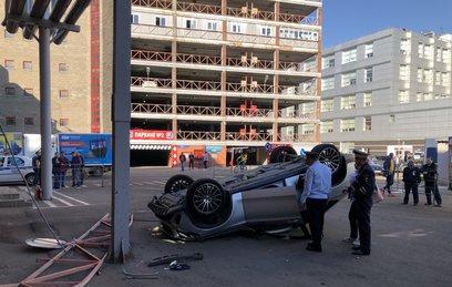 Иномарка вылетела со второго этажа парковки в московском ТЦ