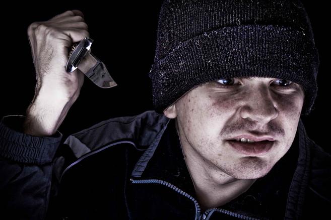 Мужчина вечером шел с работы и в темном переулке его зажали  гопники с ножом. И вот, что он сделал.