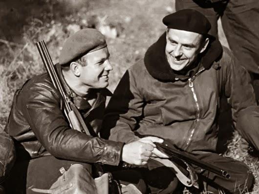 «Охотники на привале». Юрий Гагарин вместе с космонавтом Владимиром Комаровым, 8 октября 1966 г.