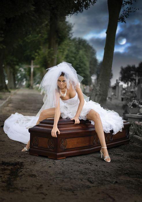 Необычная реклама гробов: Эротический календарь компании LINDNER
