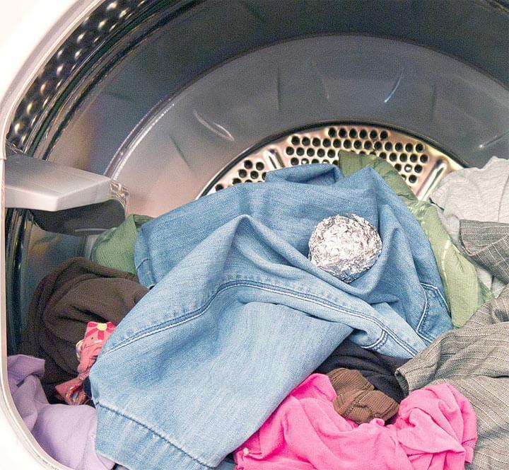 Узнайте зачем бросать в стиральную машину шарик из фольги